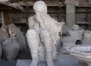 In gipsomhulsel zittend mens schuilend voor de uitbarsting van de Vesuvius